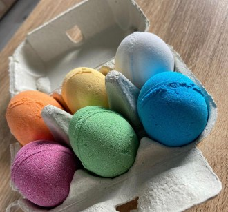6 egg shaped bath bombs in a egg box colours- orange, yellow, white, pink, green and blue