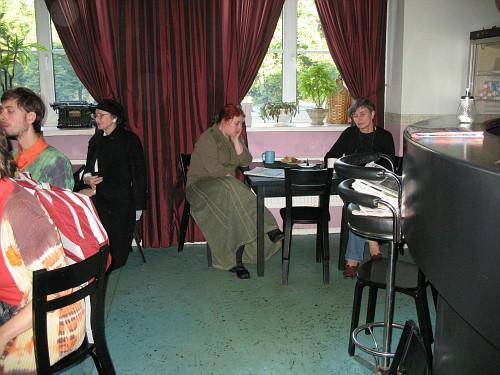 Armsalt mitmekesiste inimestega hetk kirjanduskohvikust, pärit Linnaraamatukogu fotoalbumist.