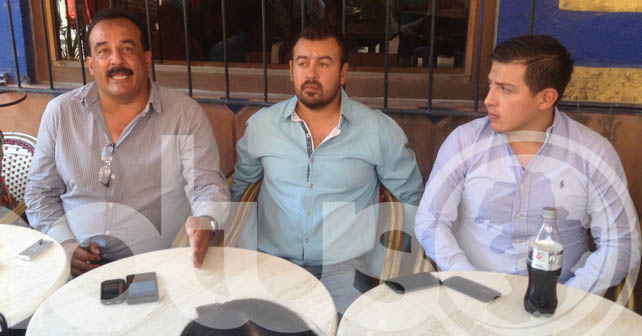 Martín negrete junto a sus hijos en una rueda de prensa