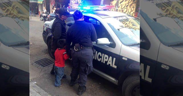 Momento en los que el menor es trasladado en una patrulla Foto: Arturo Velázquez