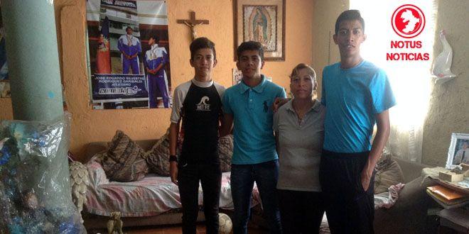 José Eduardo Rodríguez Garibaldi, junto a su mamá Petra Garibladi y sus hermanos Ángel y José Ángel corredores de alto rendimiento