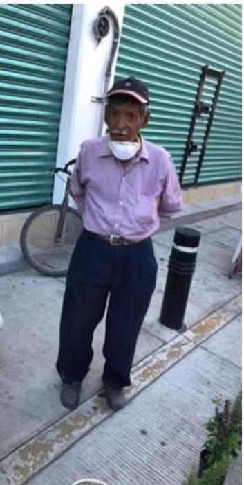 Don Félix Cornejo vendedor de plantas en el mercado Guerrero