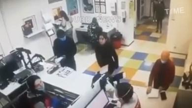 Photo of Mujer enojada se quita «los chones» y se los pone como cubrebocas