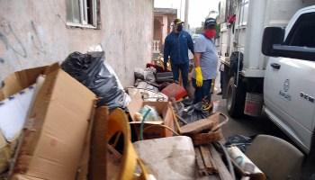 Personal de Servicios básico de Irapuato, ayudaron a llevarse la basura.