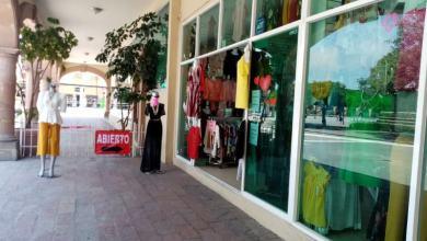 Photo of Don Rubén vende ropa en el centro, lugar que continúa acordonado