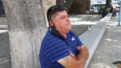 """Photo of Don Martín el señor del """"escritorio público"""" lleva 30 años trabajando afuera de las oficinas de Gobierno"""