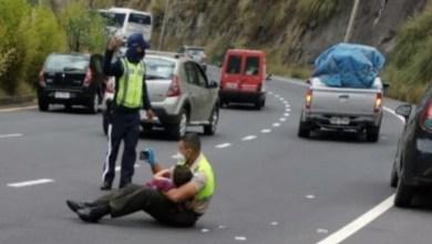 Photo of Policía consuela a niño tras un accidente vehicular; ya había terminado su jornada laboral