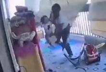 Photo of Madre protege a su hija con gran reacción ante la explosión