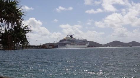 Seule animation : un navire de croisière, en grande rade