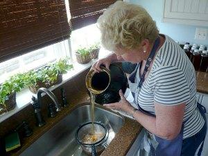 pouring kombucha