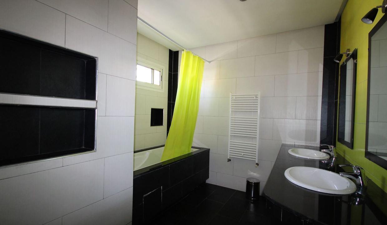 villa-de-5-chambres-a-louer-vide-ou-meublee-sur-terrain-371-m2-surface-habitable-400-m2-030