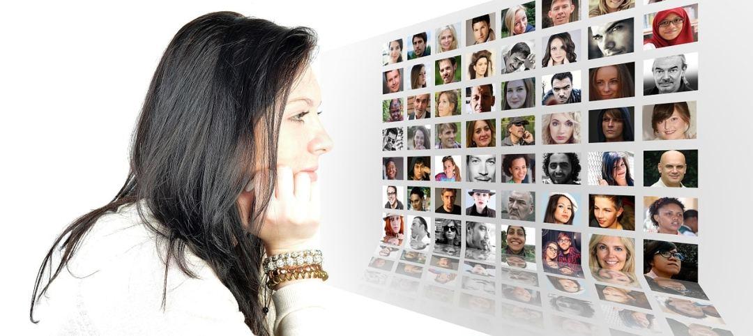 femme qui regarde des photos