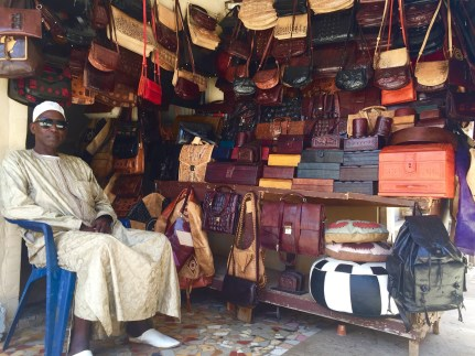 Artisan sur le marché depuis près de 25 ans, il a laissé la fabrication à ses cadets pour s'atteler à la vente de sacs en cuir