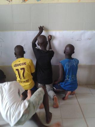 Les enfants du centre bénéficient de nombreux ateliers manuels et sportifs.