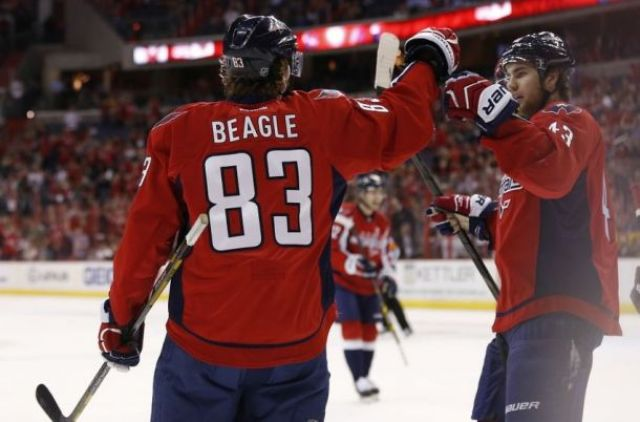jay-beagle-tom-wilson-nhl-chicago-blackhawks-washington-capitals-850x560-2761799697