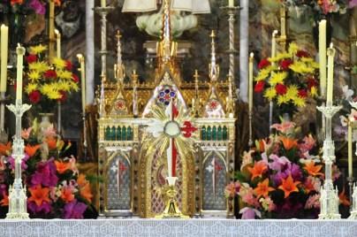 Visualiza-se o Santissimo Sacramento. Detalhes do interior da Igreja de Nossa Senhora do Rosario - Thabor - Caieiras - Brasil.