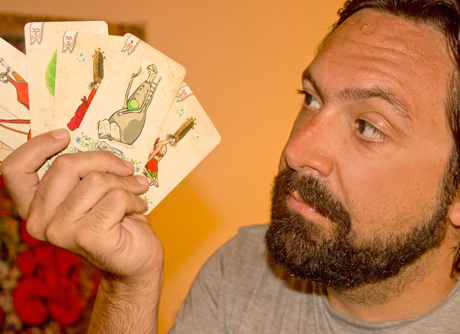 Rafael Navajas muestra las cartas que ha diseñado.