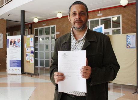 Jorge Lirola muestra su escrito de denuncia en Humanidades.