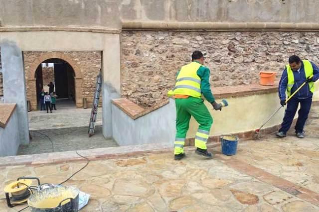 Operarios ultiman los trabajos de restauración.