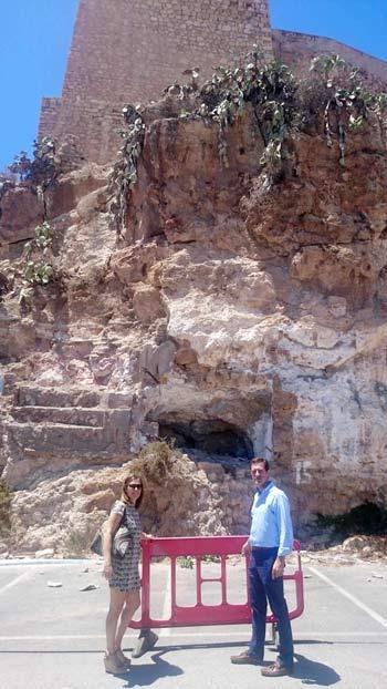 Martínez Labella y Castellón en la zona acordonada de la Alcazaba.