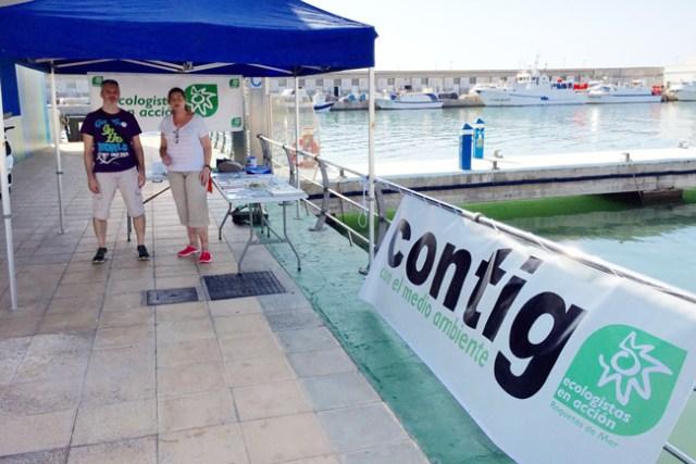 Integrantes de Ecologistas en Acción en el Puerto de Roquetas.