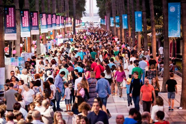 Miles de almerienses participan en la Noche de los Investigadores y sus actividades.