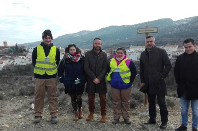 el delegado Economía, Innovación, Ciencia y Empleo junto al alcalde de Serón, concejales y trabajadores de los planes de empleo.