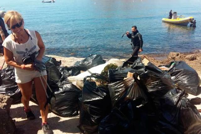 Los voluntarios han participado en la jornada de limpieza de playas.