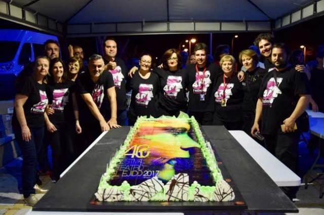 En la fiesta de clausura del festival de teatro hubo también tarta.