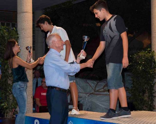 Amat y Martínez entregando trofeos.