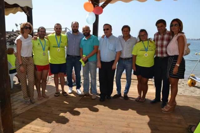 Asistentes a la clausura de las actividades de voluntariado en la playa de Aguadulce.