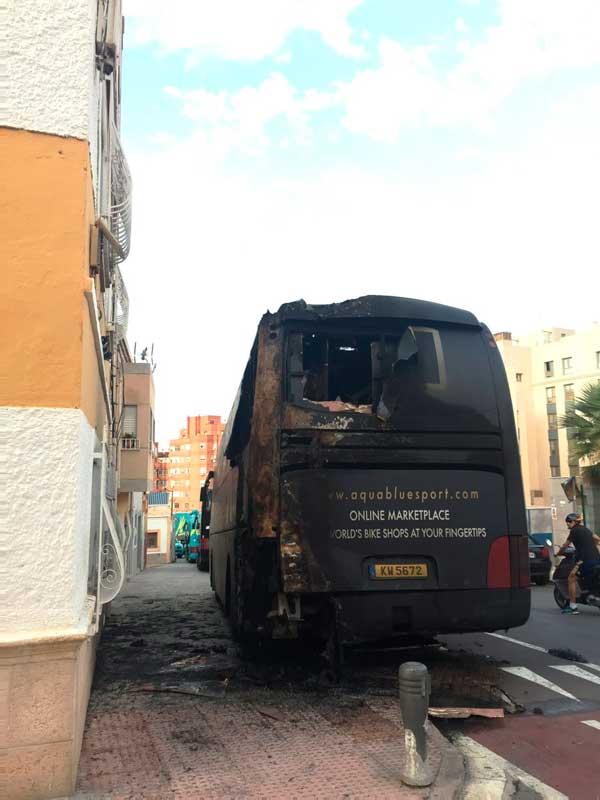 El estado del autobús complica la continuidad del equipo en La Vuelta.
