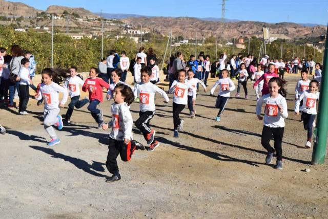 Escolares de Gádor participantes en la carrera solidaria.