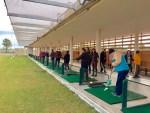 Una treintena de discapacitados aprenden a jugar al golf y al pádel en El Toyo