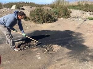 Voluntarios de Serbal retirando aceite de coche usado de la Ribera de la Algaida