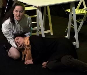 Escena amarilla, con Susan desmayada sobre Jaen
