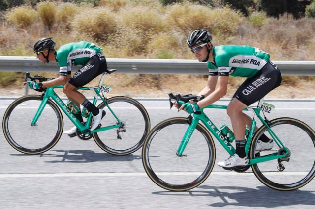 Cristian Rodríguez (dorsal 196) junto a un compañero de equipo en la etapa de ayer de La Vuelta.