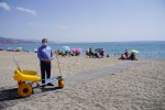 Roquetas completa los puntos accesibles de sus playas con nuevas pasarelas flexibles que llegan hasta la orilla