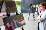 La entrada del Auditorio acoge una exposición con un recorrido por los espectáculos y los artistas de primer nivel que han pisado este escenario para conmemorar el Día Mundial de Teatro