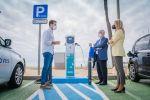 Roquetas de Mar instala tres puntos de recarga gratuita para vehículos eléctricos