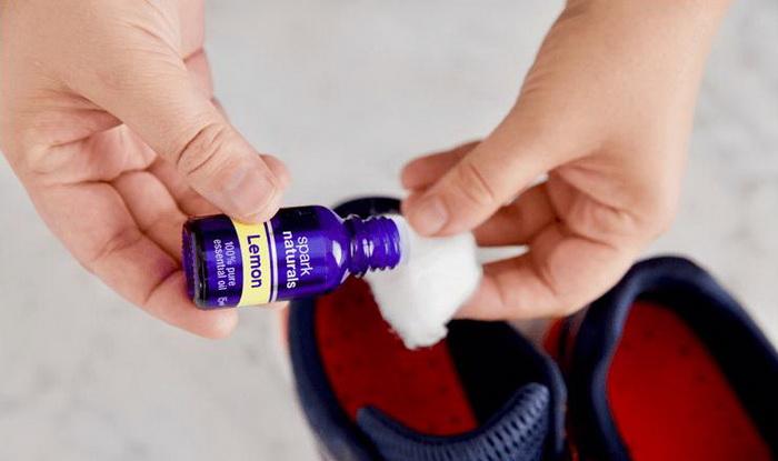 Пара капель эфирного масла для быстрой реанимации обуви.