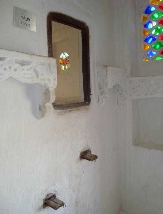 Выдвижные ступени ведут к одному из туалетов замка (Дар аль-Хаджар, Йемен).  |  Фото: turbina.ru.