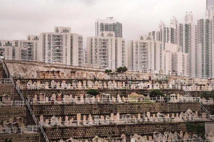 Вертикальные кладбища стали привычными для Гонконга. | Фото: insider.com/ Finbarr Fallon.