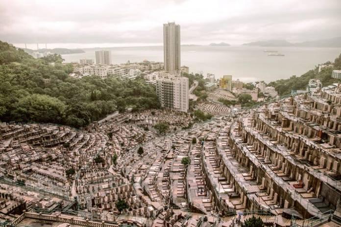 Как в Гонконге выглядят вертикальные кладбища