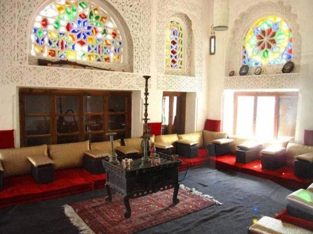 Одна из диванных комнат в замке на вершине утеса в долине Вади Дар (Дар аль-Хаджар, Йемен).  |  Фото: twitter.com/ © teammetria.