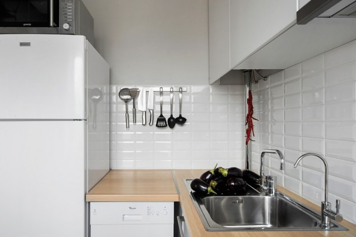 Ready-to-Cook-Eggplants-Add-Homemade-Cooking-Atmosphere-in-the-Kitchen-with-Open-Kitchen-Storage-Ideas-Hanging-on-the-Wall-936x624