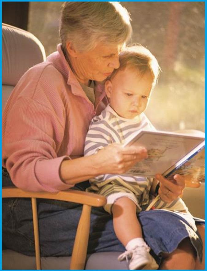 Oma mit Enkel auf dem Schoß