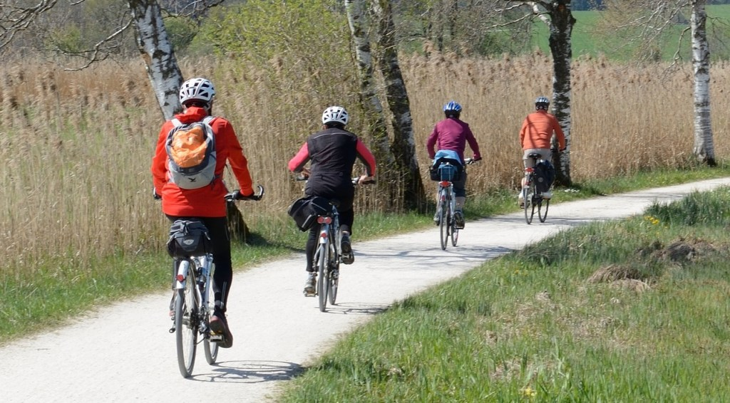 4 Fahrradfahrer mit Helm