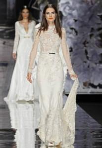 Vestido de  Yolan Cris con cola intermedia sujeta en la mano.