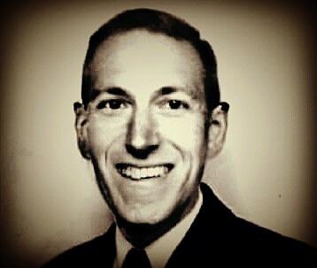 H.P. Lovecraft sonriendo - Noviembre Nocturno